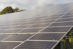 在屋顶的太阳电池板,创新的gr光致电压的模块 库存图片