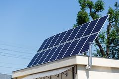 在屋顶的太阳电池板,可选择能源-晒黑在priv的电池 免版税库存照片