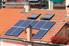 在屋顶的太阳电池板 库存图片