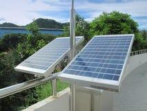 在屋顶的太阳电池板 免版税库存照片