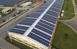 在屋顶的太阳电池板 免版税图库摄影