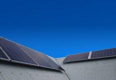 在屋顶的太阳能盘区 免版税库存图片
