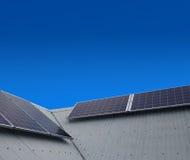 在屋顶的太阳能盘区 免版税库存照片