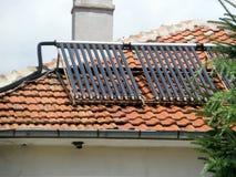 在屋顶的太阳能集热器 免版税图库摄影