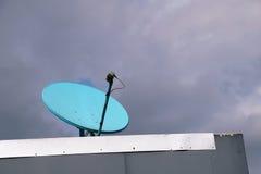 在屋顶的家庭卫星盘 库存照片