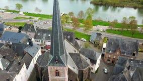 在屋顶的寄生虫空中录影从摩泽尔的德国村庄Uerzig 股票录像