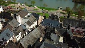 在屋顶的寄生虫空中录影从摩泽尔的德国村庄Uerzig 影视素材