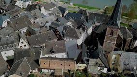 在屋顶的寄生虫空中录影从摩泽尔的德国村庄Uerzig 股票视频