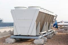 在屋顶的工业空调器 免版税库存图片