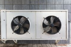 在屋顶的工业空调器 库存照片
