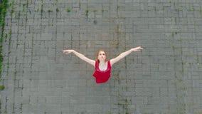 在屋顶的年轻美好的被启发的妇女芭蕾舞女演员身分和投入她的-微笑-跳舞的头 股票录像