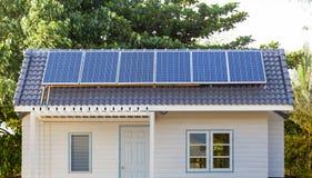 在屋顶的房子的太阳能电池栅格 免版税库存照片