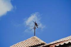 在屋顶的指南针 免版税库存照片