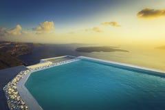 在屋顶的无限水池在日落在圣托里尼海岛 库存照片