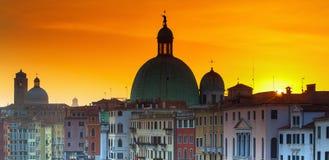 在屋顶的日出在威尼斯,意大利 库存图片
