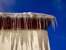 在屋顶的春天冰柱 免版税图库摄影