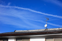 在屋顶的有线电视岗位 免版税库存图片