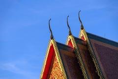 在屋顶的泰国样式艺术在寺庙,泰国 免版税库存照片