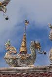 在屋顶的泰国雕塑 免版税库存照片
