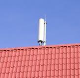在屋顶的流动网络天线 免版税库存图片