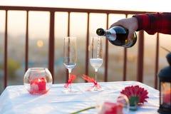 在屋顶的浪漫晚餐在日落 库存照片