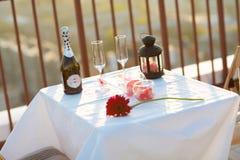 在屋顶的浪漫晚餐在日落 免版税库存图片