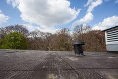 在屋顶的烟囱 免版税库存照片