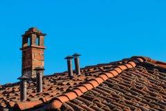 在屋顶的烟囱 免版税库存图片