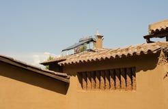在屋顶的热水太阳电池板 免版税图库摄影