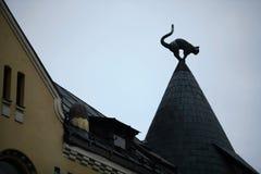在屋顶的猫雕塑 库存照片