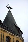 在屋顶的猫雕塑 免版税库存照片