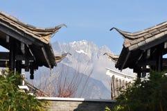 在屋顶的玉龙雪山 库存照片