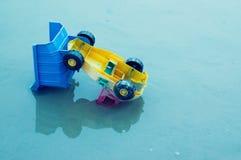 在屋顶的玩具卡车 免版税库存图片