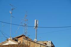在屋顶的电视天线有蓝天的 库存照片