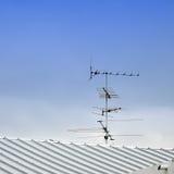在屋顶的电视天线 免版税库存图片