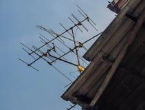 在屋顶的电视天线 免版税库存照片
