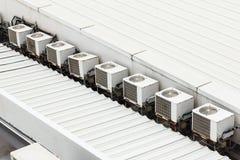 在屋顶的空调器压缩机 库存图片