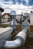 在屋顶的空调装置管子 免版税库存图片