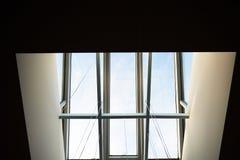 在屋顶的窗口 在窗口里您能看到蓝天 里面视图 库存图片
