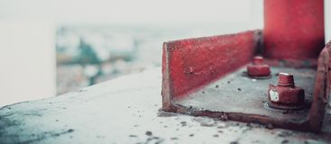 在屋顶的红色螺栓 图库摄影