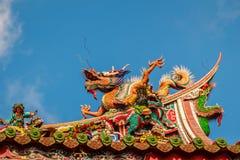 在屋顶的美好的中国龙雕塑在Lungshan Templ 免版税库存图片