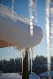 在屋顶的美好的冰柱 免版税库存图片