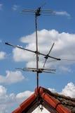 在屋顶的老天线 免版税库存照片
