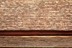 在屋顶的老木纹理。 库存照片