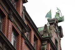 在屋顶的船装饰在汉堡 图库摄影
