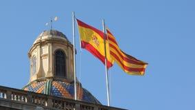 在屋顶的西班牙和加泰罗尼亚的旗子在西班牙 免版税库存照片
