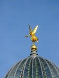 在屋顶的金子天使在德累斯顿 图库摄影