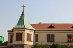 在屋顶的金黄十字架 库存照片