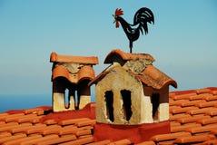 在屋顶的雄鸡,希腊 免版税库存图片