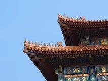在屋顶的雕塑 免版税库存图片